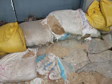 สภาพถุงทรายที่เก็ยเอาไว้นาน แล้วถุงเปื่อย ทำให้ทรายหกเรี่ยพื้น